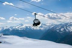 Лыжники используя подъем лыжи в популярном лыжном курорте Стоковое Изображение