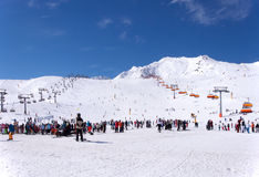 Лыжники и подвесные подъемники в Solden, Австрии Стоковое фото RF