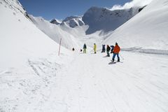 Лыжники идя вниз с наклона на лыжном курорте Стоковые Фотографии RF