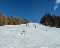 Лыжники и snowboarders в наклонах лыжи гор курорта Les образовывают дугу, Франция Стоковая Фотография RF