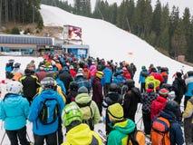 Лыжники и snowboarders в лыжном курорте Стоковые Фотографии RF