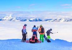 Лыжники и snowboarders на наклонах лыжного курорта Soll Стоковое фото RF