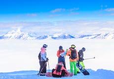 Лыжники и snowboarders на наклонах лыжного курорта Soll, t Стоковые Изображения RF