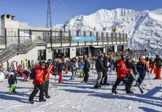 Лыжники и snowboarders с их шестерней на лыжном курорте Thuile Ла в Аосте ` Valle d, Италии Стоковая Фотография