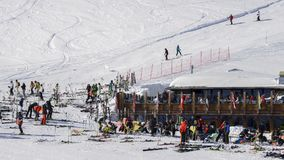 Лыжники и snowboarders с их шестерней ослабляют на деревянной кабине на лыжном курорте Thuile Ла в Аосте ` Valle d, Италии Стоковые Изображения RF