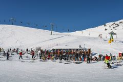 Лыжники и snowboarders с их шестерней ослабляют на деревянной кабине на лыжном курорте Thuile Ла в Аосте ` Valle d, Италии Стоковые Изображения