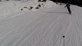 Лыжники катания на лыжах на piste в лыжном курорте Bukovel, Украине сток-видео