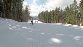 Лыжники катаясь на лыжах вниз на наклонах в лыжный курорт Bukovel акции видеоматериалы
