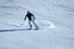Лыжники катаясь на лыжах в Альпах Стоковое Изображение RF