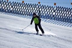 Лыжники катаясь на лыжах в Альпах Стоковая Фотография