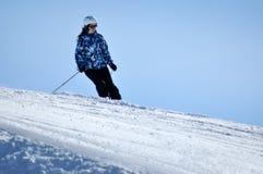Лыжники катаясь на лыжах в Альпах Стоковое фото RF