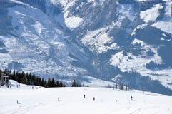 Лыжники катаясь на лыжах в Альпах Стоковое Фото