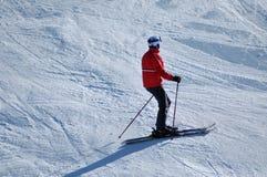 Лыжники катаясь на лыжах в Альпах Стоковые Изображения