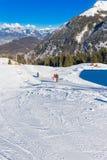 Лыжники катаясь на лыжах в лыжном курорте Klewenalp в швейцарце Альпах Стоковая Фотография RF