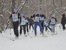Лыжники на гонке лыжи стоковые фотографии rf