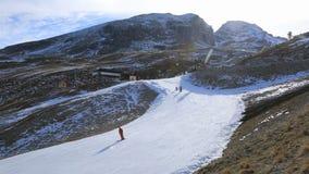 Лыжники на наклоне с искусственным снегом видеоматериал