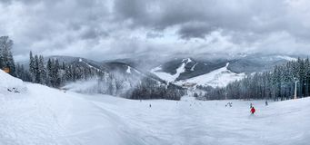 Лыжники на наклонах горы в зиме Стоковое фото RF