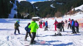 Лыжники на ноге держателя Schmitten, Zell до полудня видят, Австрия