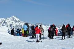 Лыжники на piste в лыжном курорте Kitzsteinhorn, Австрии стоковая фотография rf
