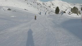 Лыжники на piste идя покатый видеоматериал