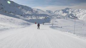 Лыжники на piste идя покатый сток-видео