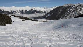 Лыжники на piste идя покатый акции видеоматериалы