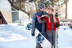 Лыжники соединяют в влюбленности идя кататься на лыжах местность стоковые фото