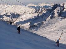 Лыжники сражая с ветром стоковое фото