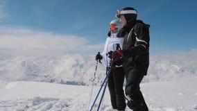 Лыжники увидели интересное в долине горы и одине другого выставки видеоматериал