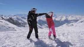 Лыжники увидели что-то интересное в одине другого выставки горы долины и руки видеоматериал