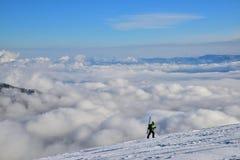 лыжник Взбираться лыжник вверх по горе стоковое изображение