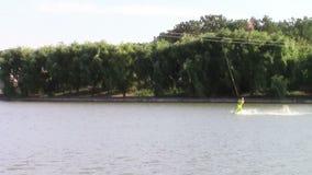 Лыжник воды скачет сток-видео