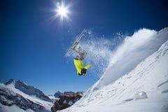 Лыжник в высоких горах. Стоковое Изображение RF