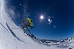 Лыжник в высоких горах. Стоковая Фотография RF