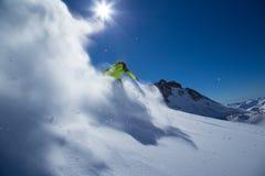 Лыжник в высоких горах. Стоковые Изображения RF