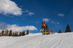 Лыжник в действии: Прыжки с трамплина в горе Snowpark Стоковые Изображения RF