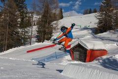 Лыжник в действии: Прыжки с трамплина в горе Snowpark Стоковое Фото