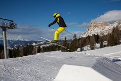 Лыжник в действии: Прыжки с трамплина в горе Snowpark Стоковые Фотографии RF