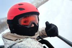 Лыжник девушки в красном шлеме и изумлённых взглядах Стоковые Фотографии RF