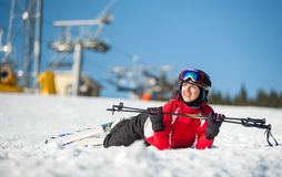 Лыжник женщины с лыжей на курорте winer в солнечном дне стоковое фото