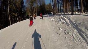 Лыжник идя вниз с бега лыжи в Bukovel сток-видео