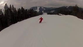 Лыжник идя вниз с бега лыжи в Bukovel акции видеоматериалы