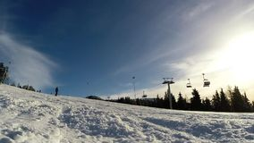 Лыжник катаясь на лыжах вниз с наклона