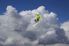 Лыжник летания на горах Весьма спорт зимы Стоковая Фотография
