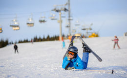 Лыжник молодой женщины после падения на наклон горы Стоковая Фотография