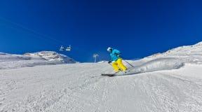Лыжник на бежать piste покатый Стоковое Изображение RF