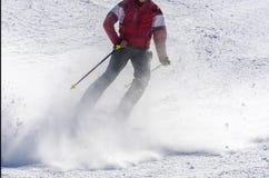 Лыжник на бежать piste покатый стоковое фото rf