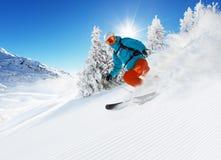 Лыжник на бежать piste покатый стоковые фотографии rf