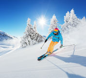 Лыжник на бежать piste покатый Стоковое Фото