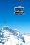 Лыжник на подвесном подъемнике на Энгельберге на швейцарских горных вершинах Стоковое фото RF